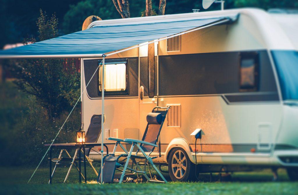 Camper czy przyczepa campingowa? Wypożyczalnia camperów i przyczep campingowych